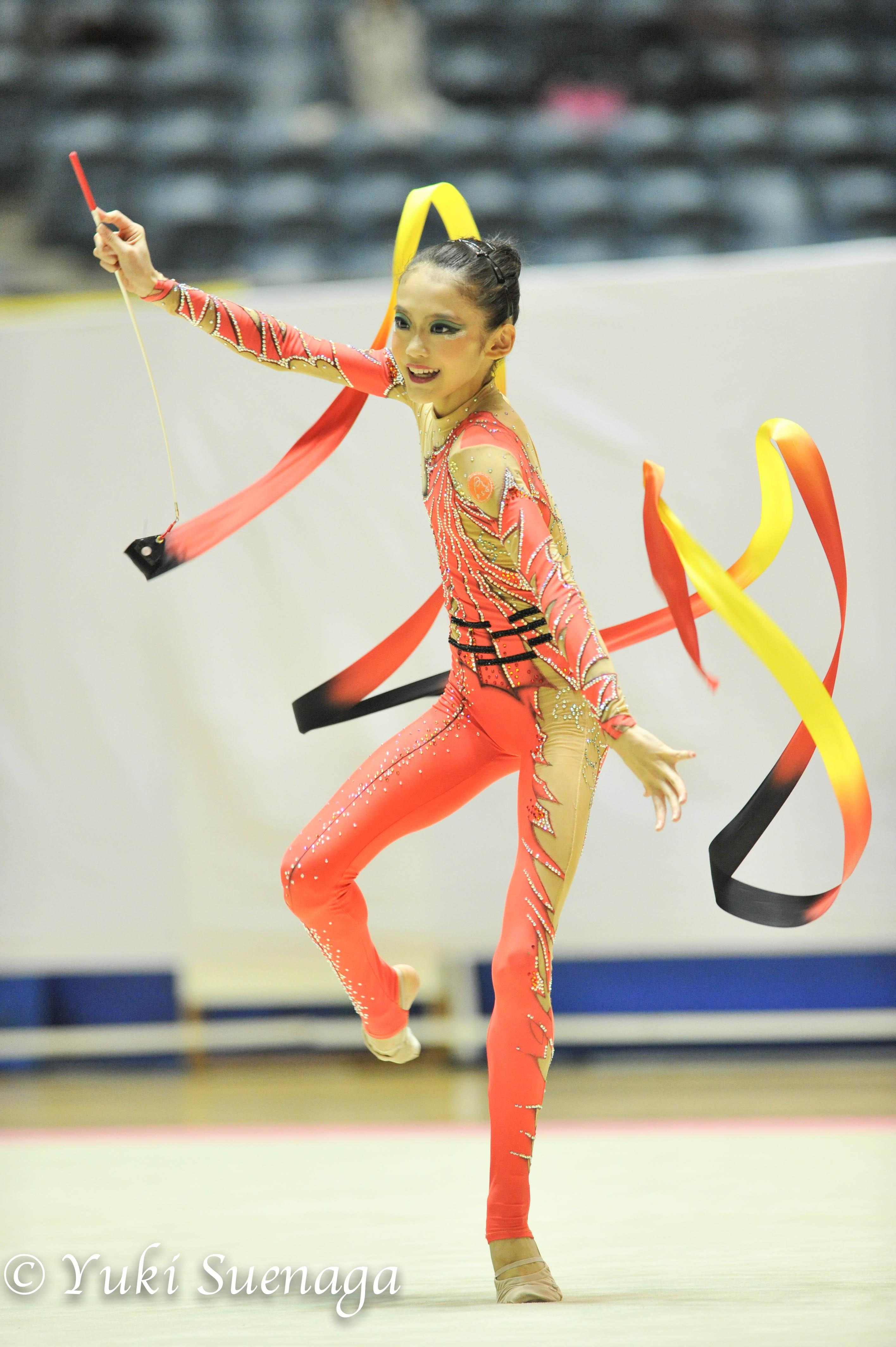 新体操 今年、アジアジュニア選手権にも出場した五十嵐遥菜(NOVA新体操クラブ)も、手具操作も含めて表現力あふれる演技を見せる。クラブ、フープの操作は、どこまでも音に  ...